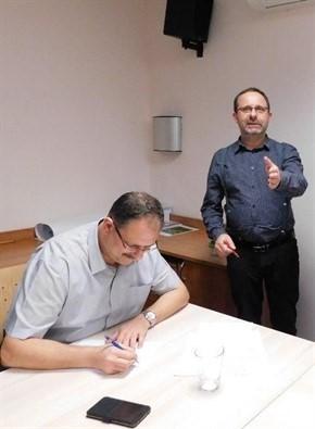 Prezident FVČ p. Benda podepisuje dokument za přihlížení předsedy OSŽ Mgr. Malého